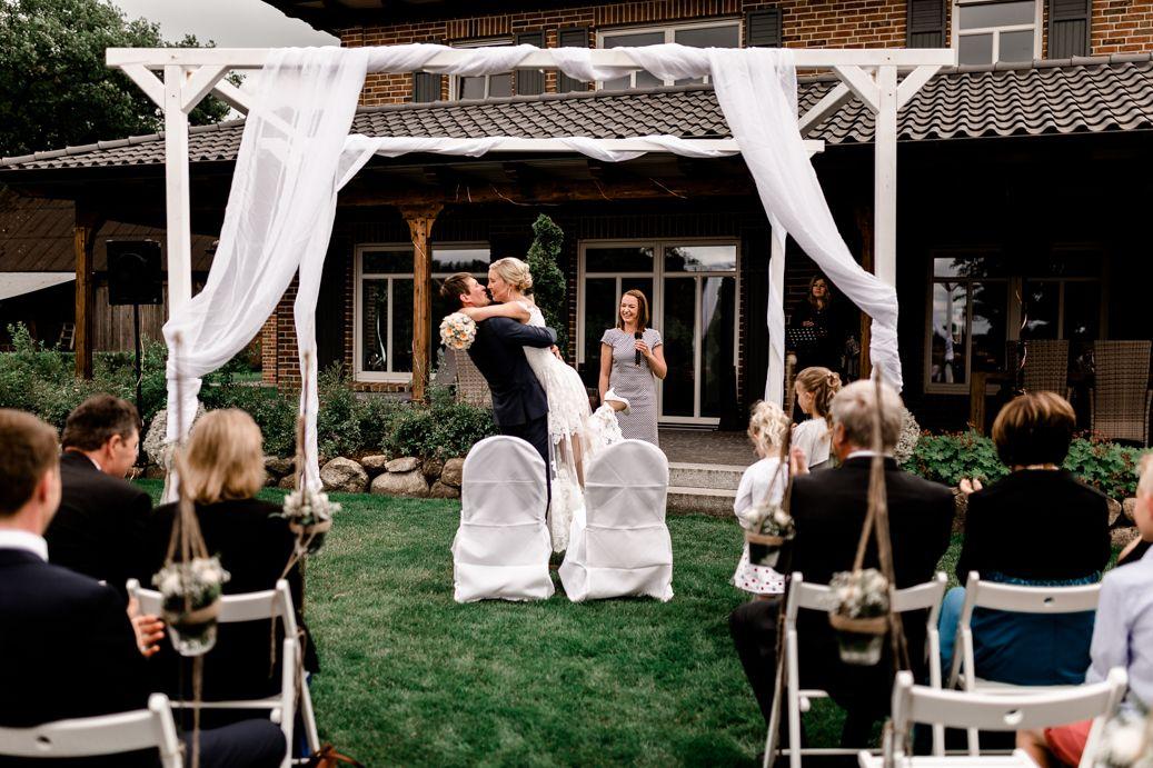 Wedding Freie Trauung Garten Sehenswert Getting Ready Hochzeit Vanessa Teichmann Samuelsen Breathtakingshootings Trauung Hochzeit Dekoration Hochzeit