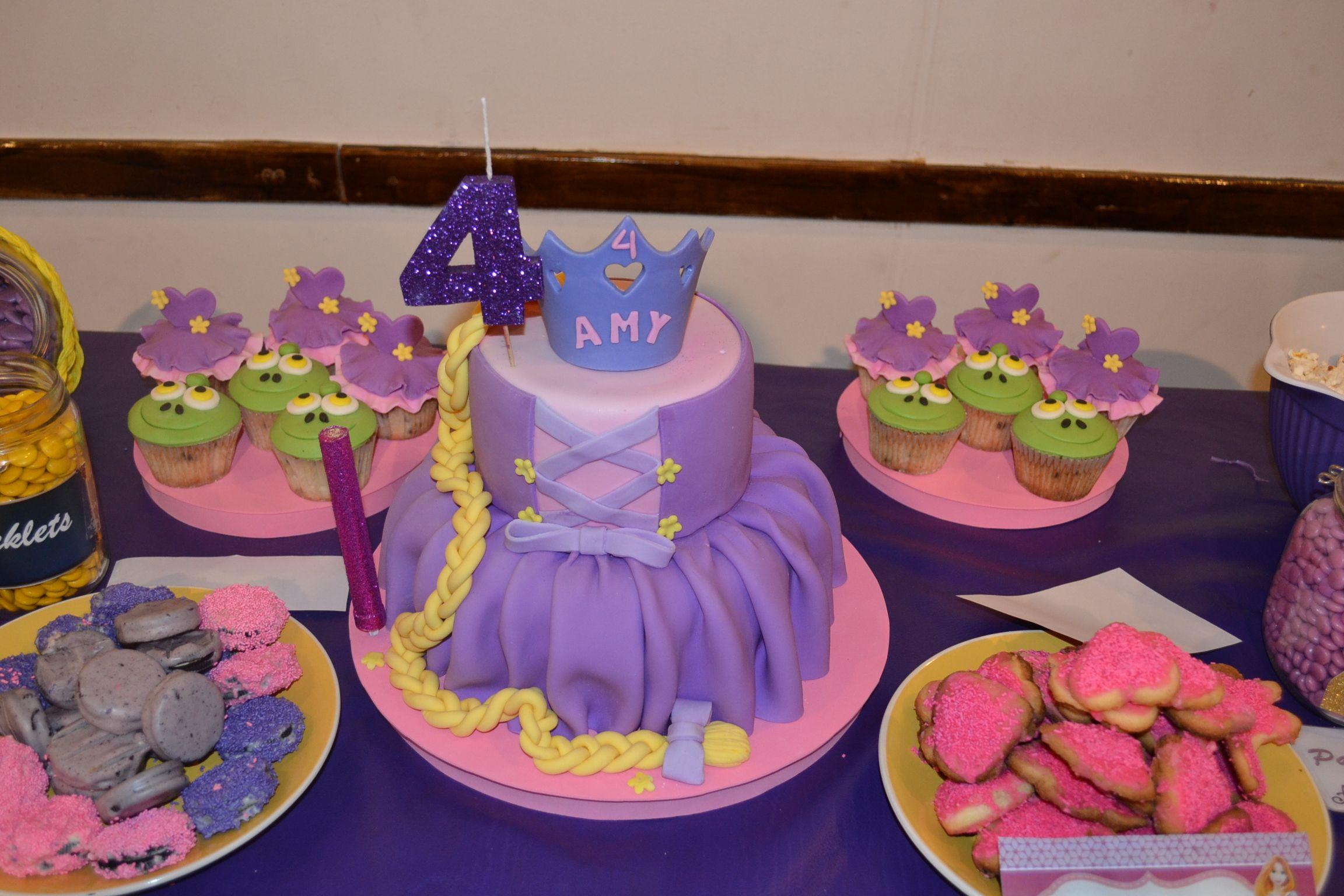 Torta Rapunzel #princessparty #baking #bake #cake #dresscake #tangledparty #rapunzelcake #rapunzel #crown #cookies #oreo #pascalcupcakes #dresscupcakes