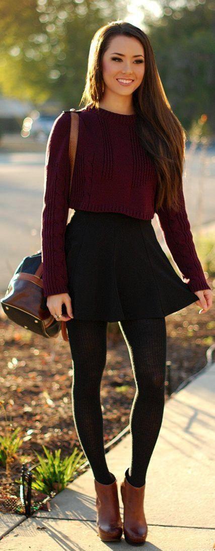 dunkelroter kurzer Pullover, schwarzer Skaterrock, braune Leder Stiefeletten, dunkelbraune Leder Umhängetasche für Damen