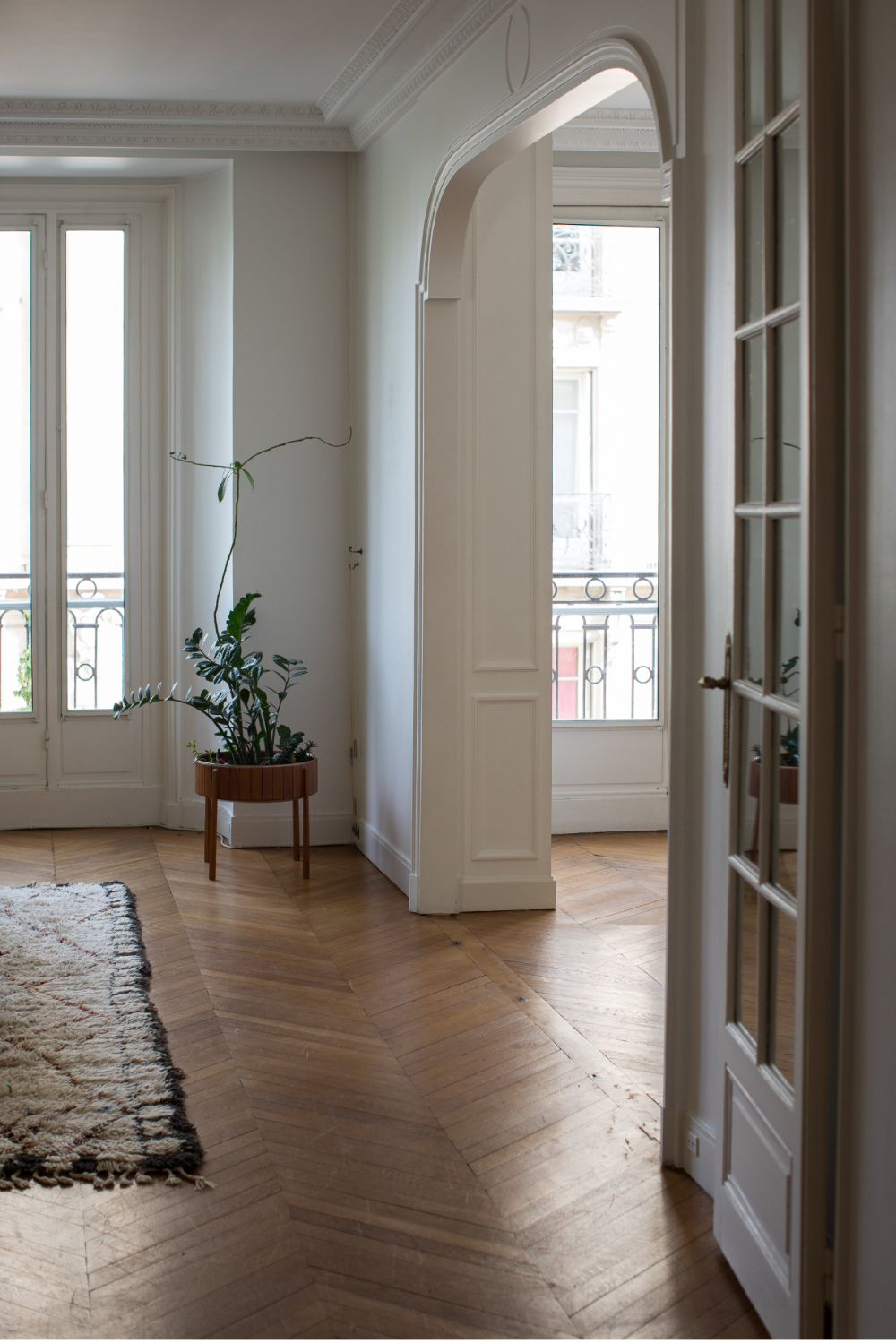 One of my favorite home tours: a beautiful apartment in the heart of Paris. The natural lighting and those herringbone floors...