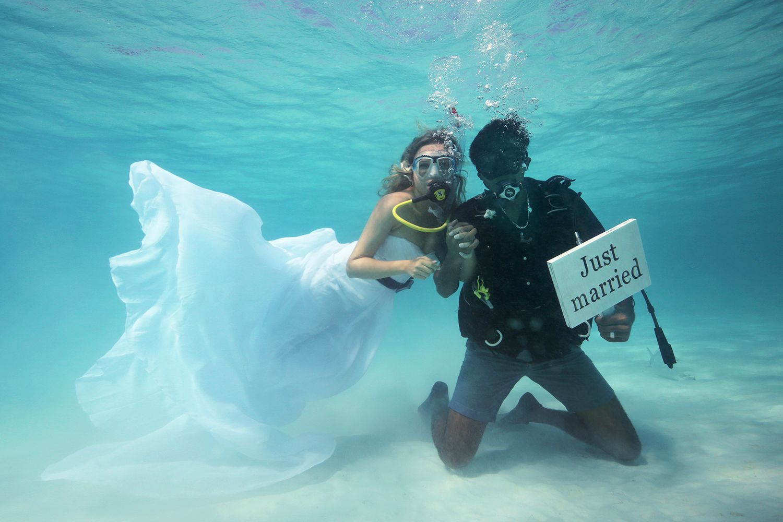 Wedding Inspiration Dreams Seriously Beautiful Underwater Wedding At Anantara Kihavah Villas Maldives Beaut Underwater Wedding Underwater Getting Married