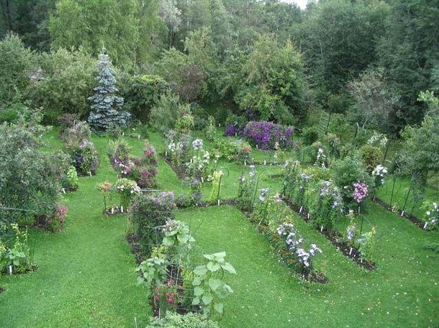 Roogoja talu Karlan kylässä on tunnettu kärhöjen esittelytarhastaan. Tästä kotipuutarhasta pitää huolta Kivistikin suku. Roogoja on Uno ja Aili Kivistikin 1960-luvulla perustama. Roogojassa on jalostettu mm. kymmeniä omenapuu- ja ruusukasveja. Vierailuajasta kannattaa sopia ennakkoon. #roogojatalu #eckeröline