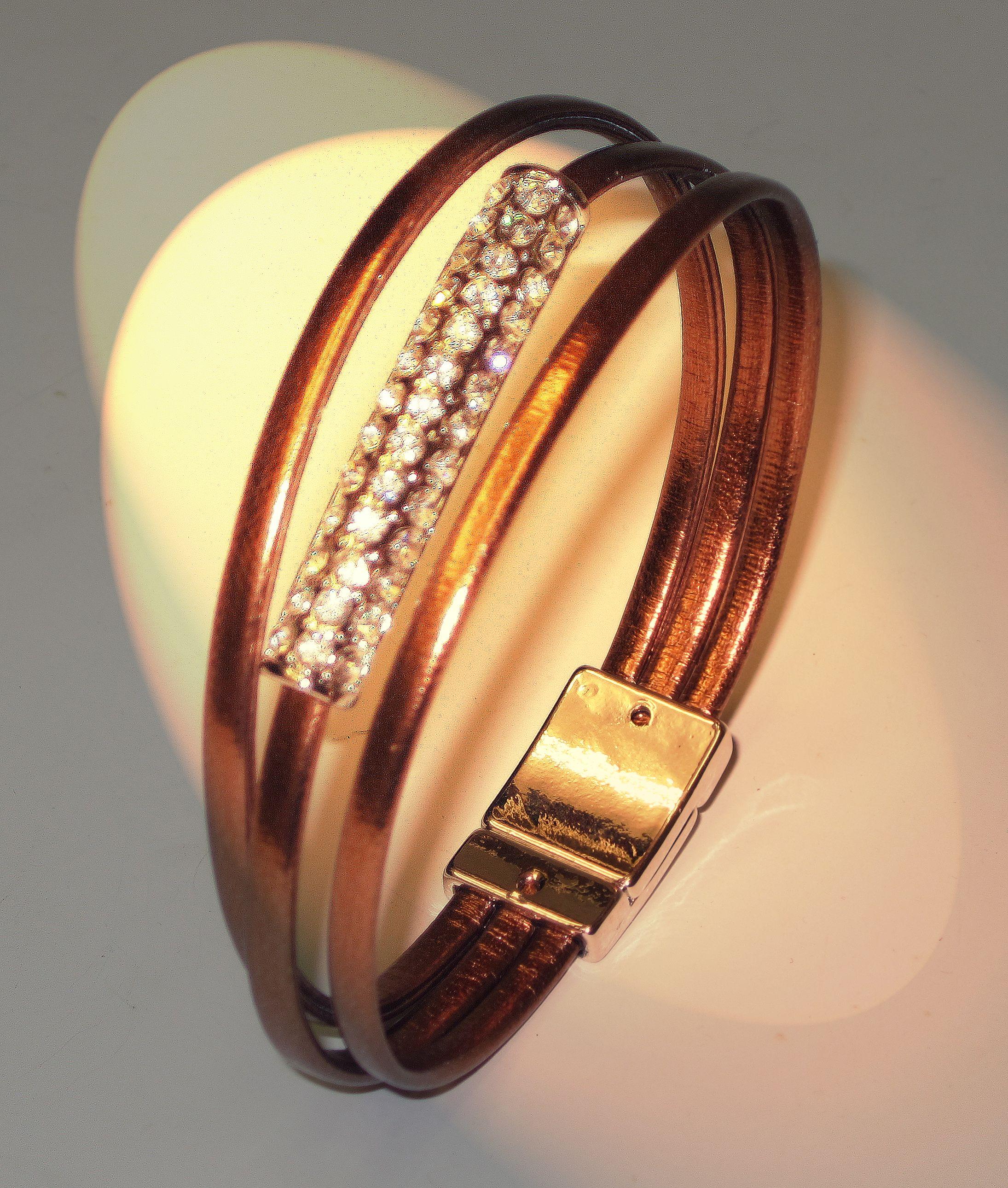 af2324a49935 Pulsera de cuero revestido con cierre de imán. Color cobre y cristales  brillantes. Un toque de glamour.  pulseras  bracelet  handmade