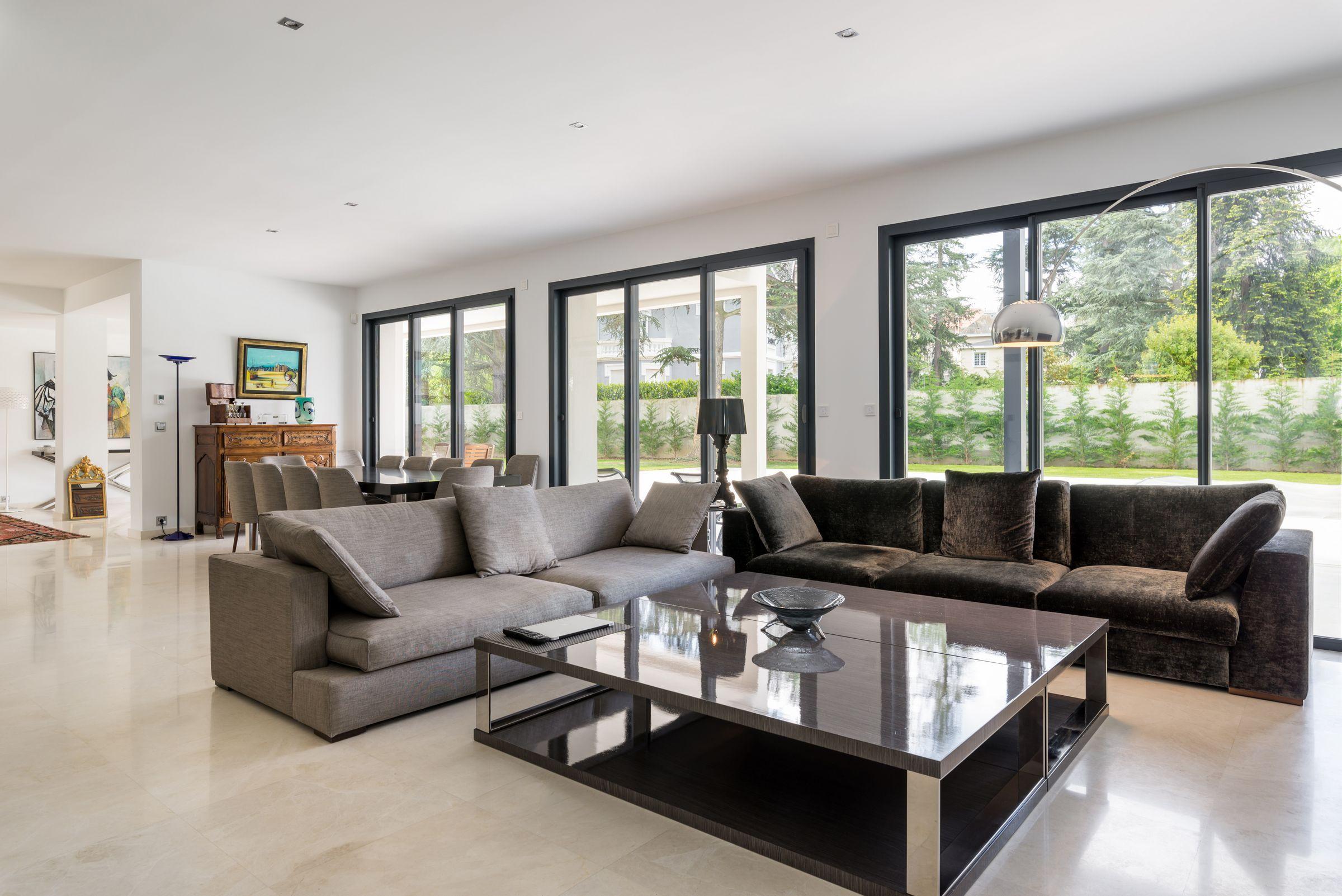 Salon chic et pur dans une villa saint etienne par l for Interieur villa design