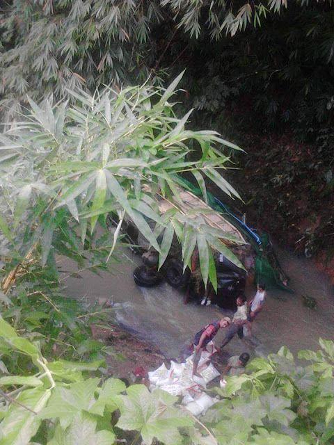 Tak Sanggup Menanjak, Mobil Truk Jatuh Ke Sungai - PORTAL BUANA