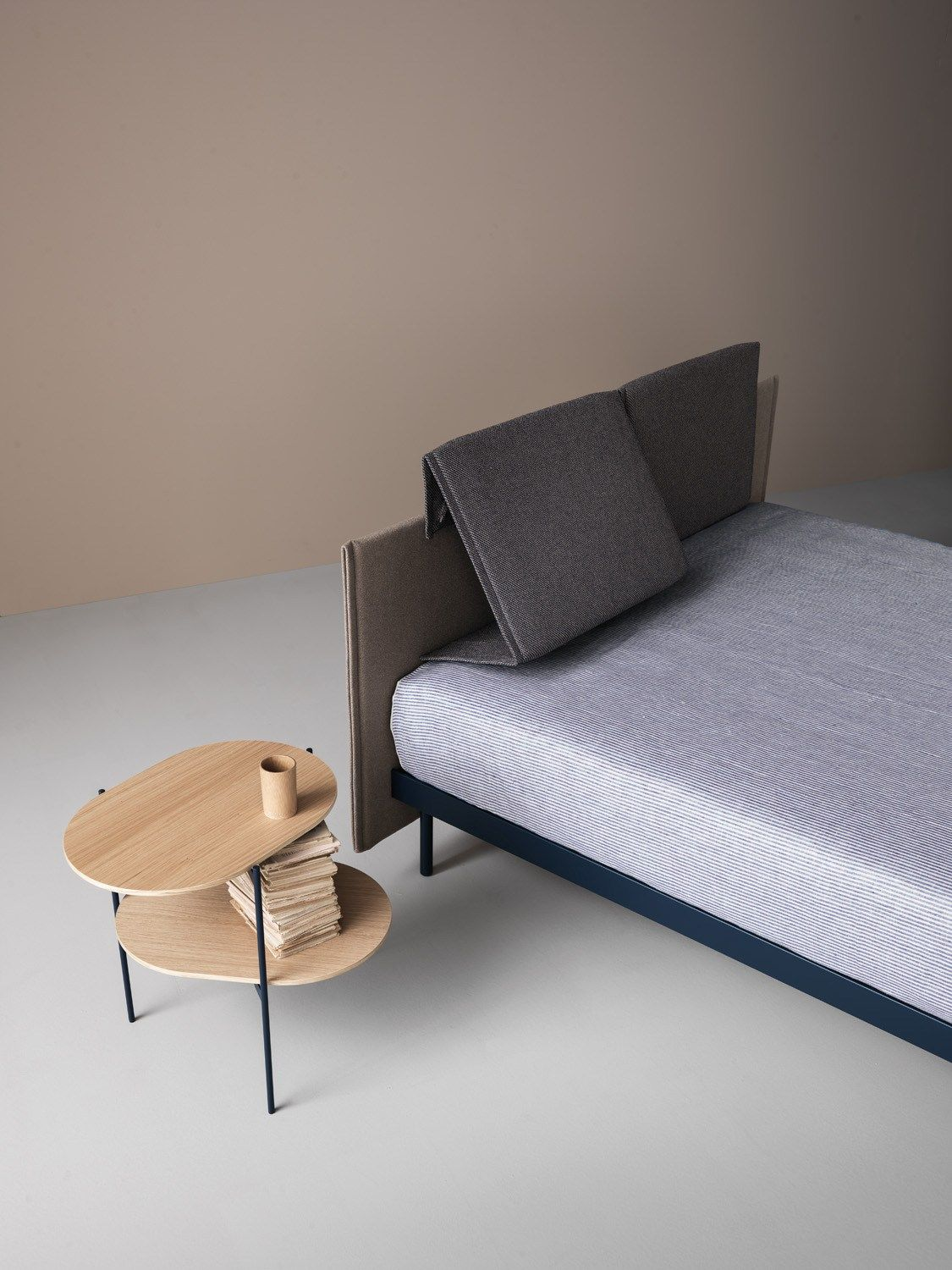 Pli bed by caccaro fabric double bed with adjustable for Bed headrest design