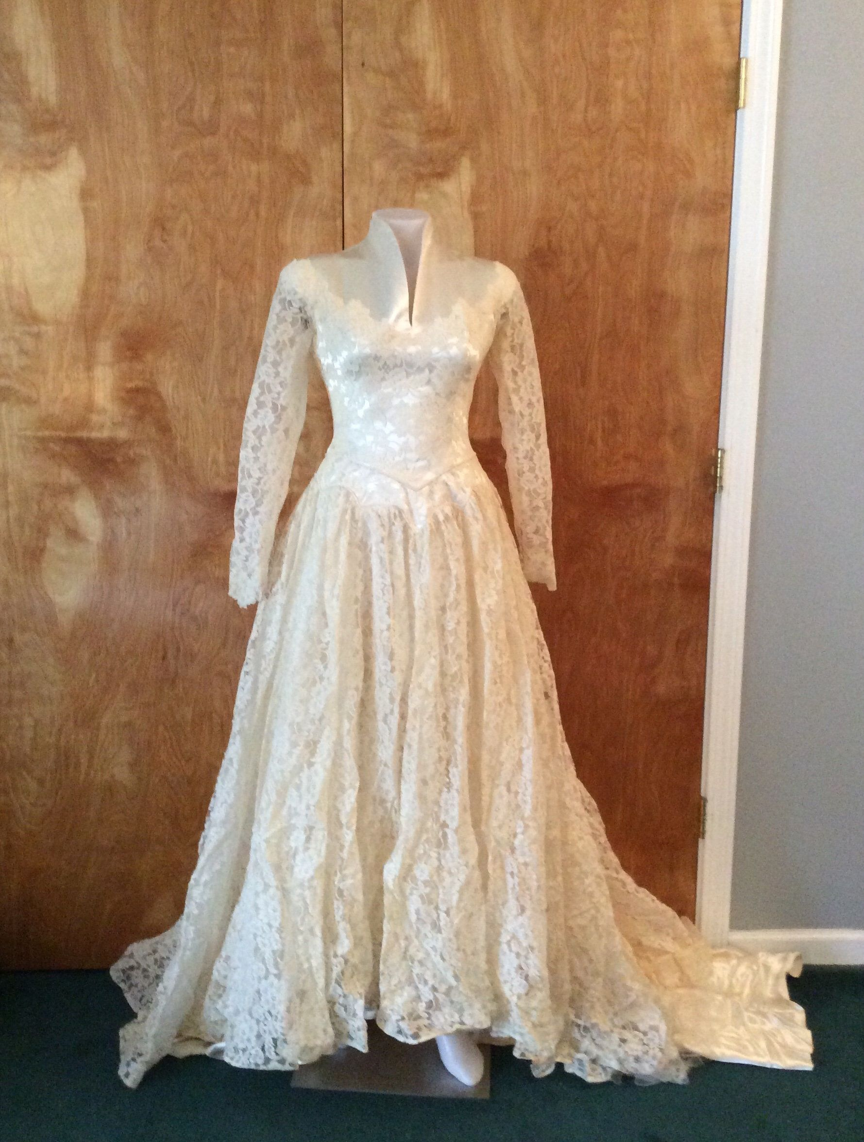 Vintage wedding dress 1950's wedding gown champagne satin and lace long sleeves train vintage bridal headpiece vintage bride #bridalheadpieces