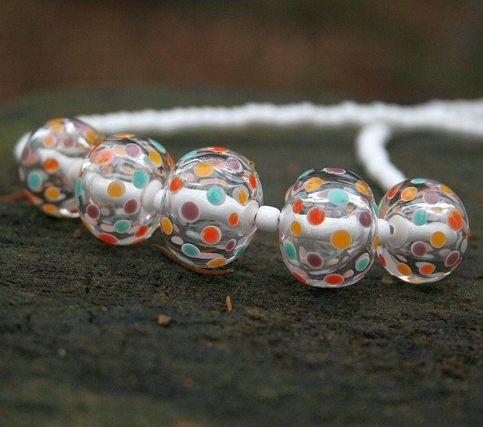 Barevná zima - náhrdelník z vinutých perel Náhrdelník z vinutých perel. Pět dutých vinutých perel s pevným středem doplněných bižu korálky. Vše na ocelovém lanku se zapínáním. Celková délka náhrdelníku 49cm. Délku mohu mírně upravit.