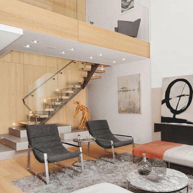 Atractivo ambiente a doble altura, en el que se mezclan tonos ...