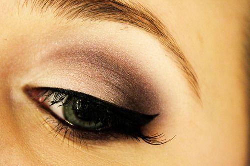 Winged eyeliner, brown shadow in the crease