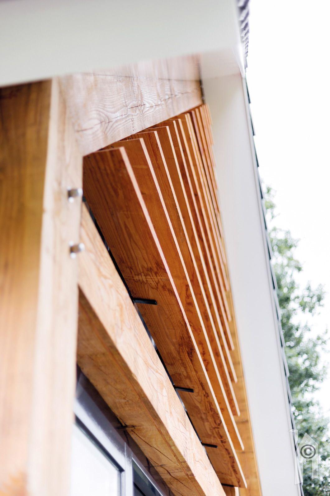 Een horizontale houten zonwering voor de bovenzijde van for Houten decoratie voor raam