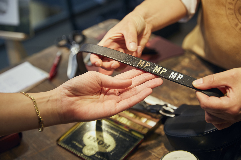 a089bc0b9793ea Lederprägung von Initialen mit Folien auf Ledergürtel von Ledertasche für  Marc O Polo. Foto