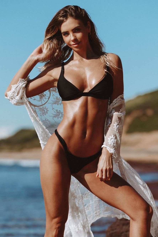 jungs in einem stuck bikinis