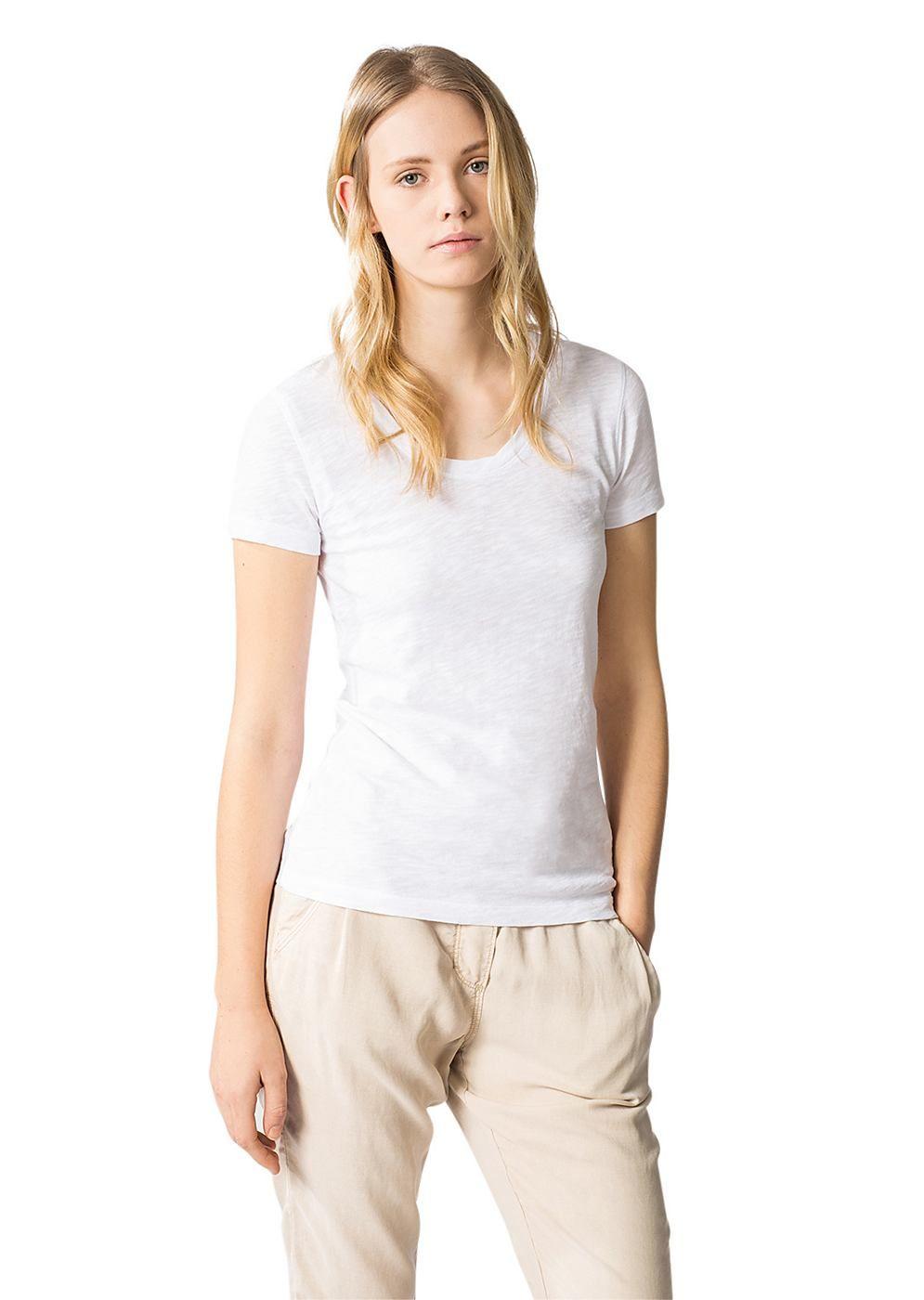 Ein bequemes Basic-Shirt in einer angenehm weichen und leicht gearbeiteten Jersey-Qualität. Der schön ausgearbeitete Rundhalsausschnitt prägt die tolle Optik des Langarmshirts. Aus 100% Baumwolle....