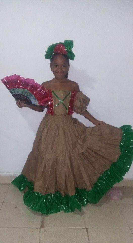 Vestido En Papel De Azucar Y Plastico Vestido Reciclado