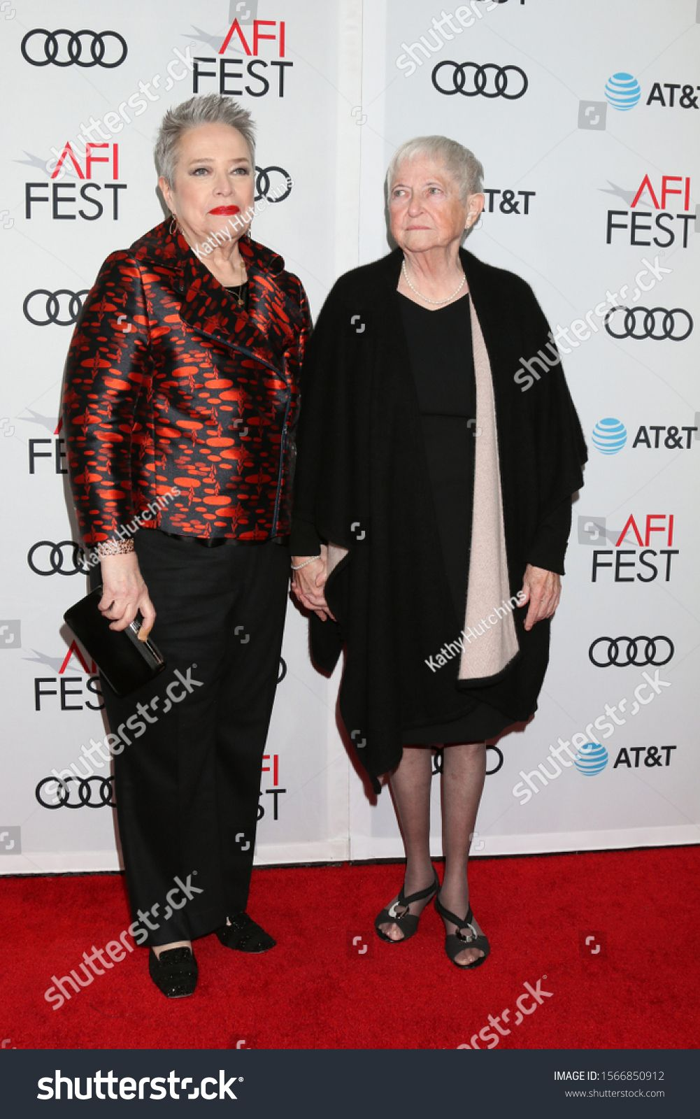 Los Angeles Nov 20 Kathy Bates Barbara Jewell Bobi Jewell At The Afi Gala Richard Jewell Premiere At Tcl Chinese Thea In 2020 Graphic Design Art Premiere Jewell