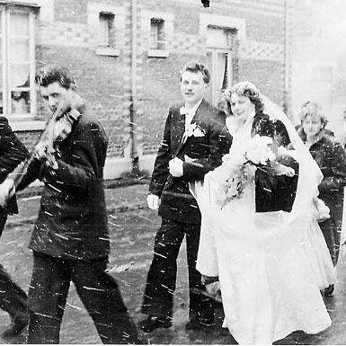 Mariage heureux mariage neigeux. La photo a été prise à Sallaumines en 1956. C'est Simon le violoniste qui nous l'envoie. #lavoixretro…