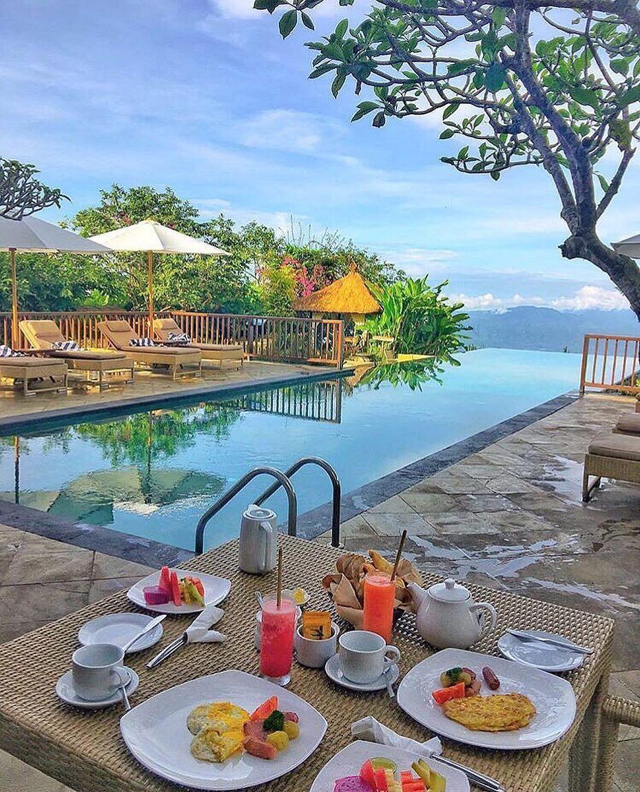 2x American breakfast at the infinity pool, please food