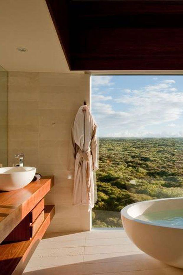 Een badkamer is niet enkel een plek om je te wassen: voor velen is het een pronkstuk, die ene ruimte waar je tot rust kan komen, en dat doe je dan ook best in een interieur dat helemaal naar jouw smaak is. Ter inspiratie verzamelden wij enkele van de mooiste hotelbadkamers ter wereld.