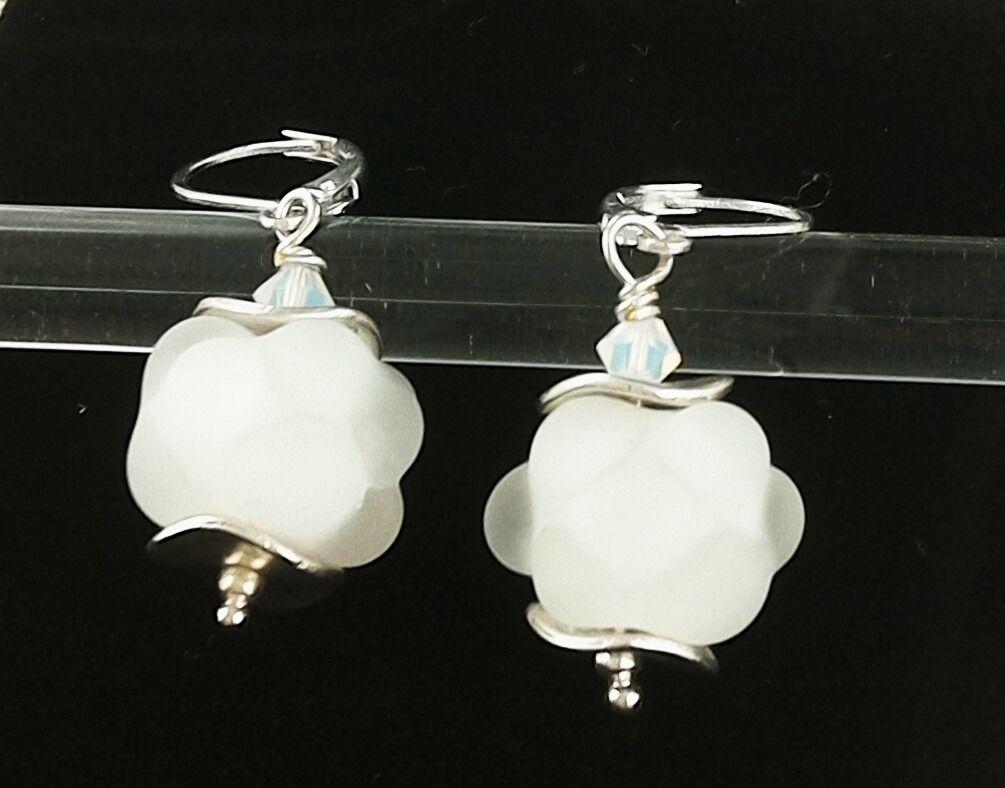 Boucles d'oreilles Argent 925 perles en verre de Murano filé au chalumeau Blanc-transparent dépoli : Boucles d'oreille par auverredoz
