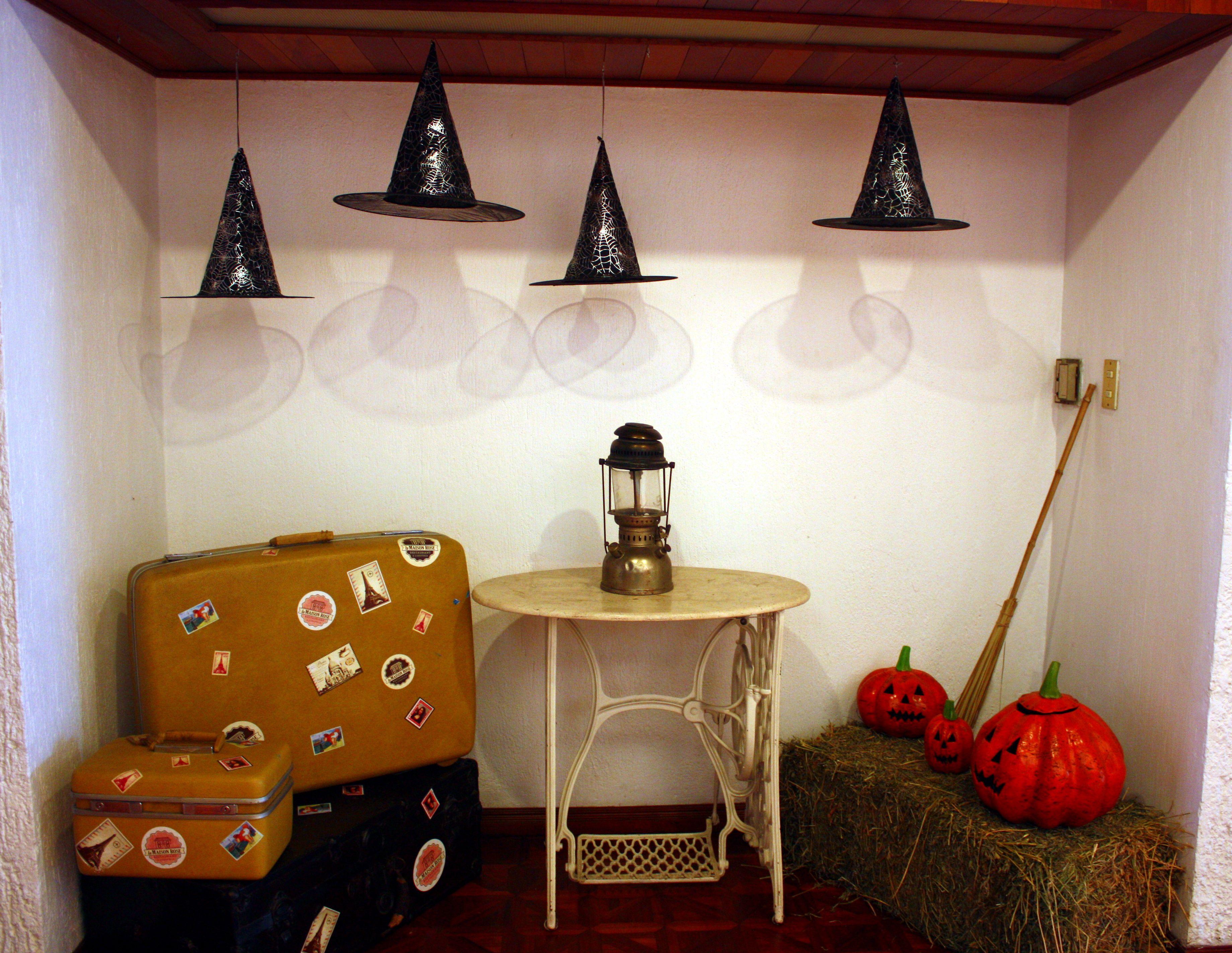 Decoraci n de halloween utilizando sombreros de bruja - Decoracion de halloween ...
