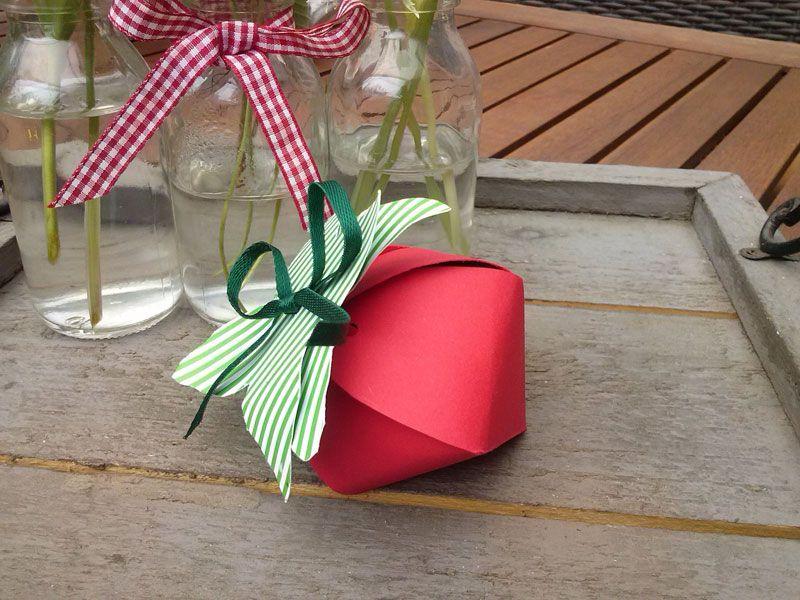 Erdbeerverpackung - als Geschenk oder für den Tisch. Strawberry box as a gift or for decoration. Boîte fraise pour un petit cadeau ou pour la déco de table.