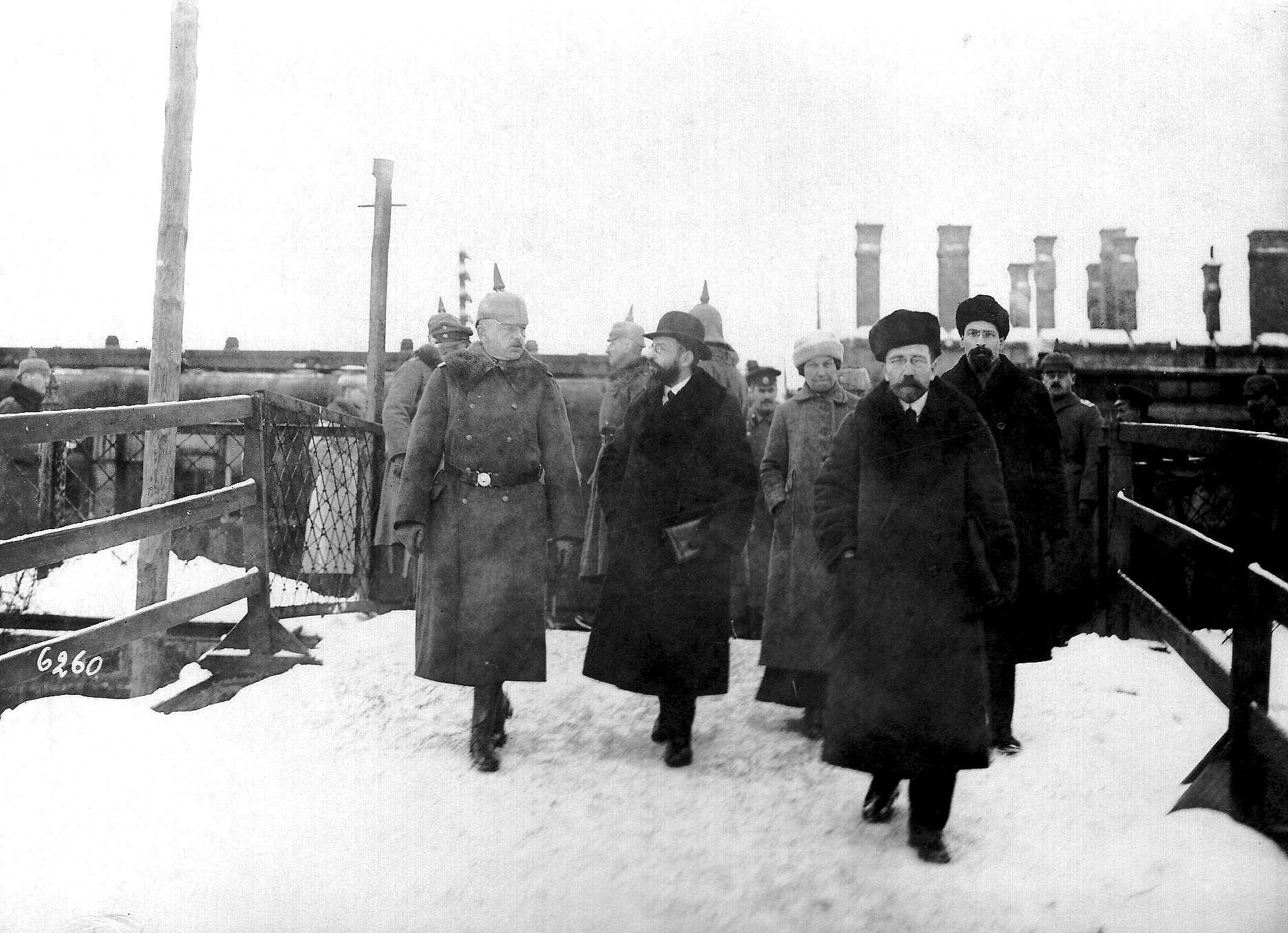 El Armisticio De Brest Litovsk Los Miembros De La Delegacion Rusa Despues De Llegar A La Estacion De Bret Litovsk De Izquierda A Derecha Fotos Presidentes
