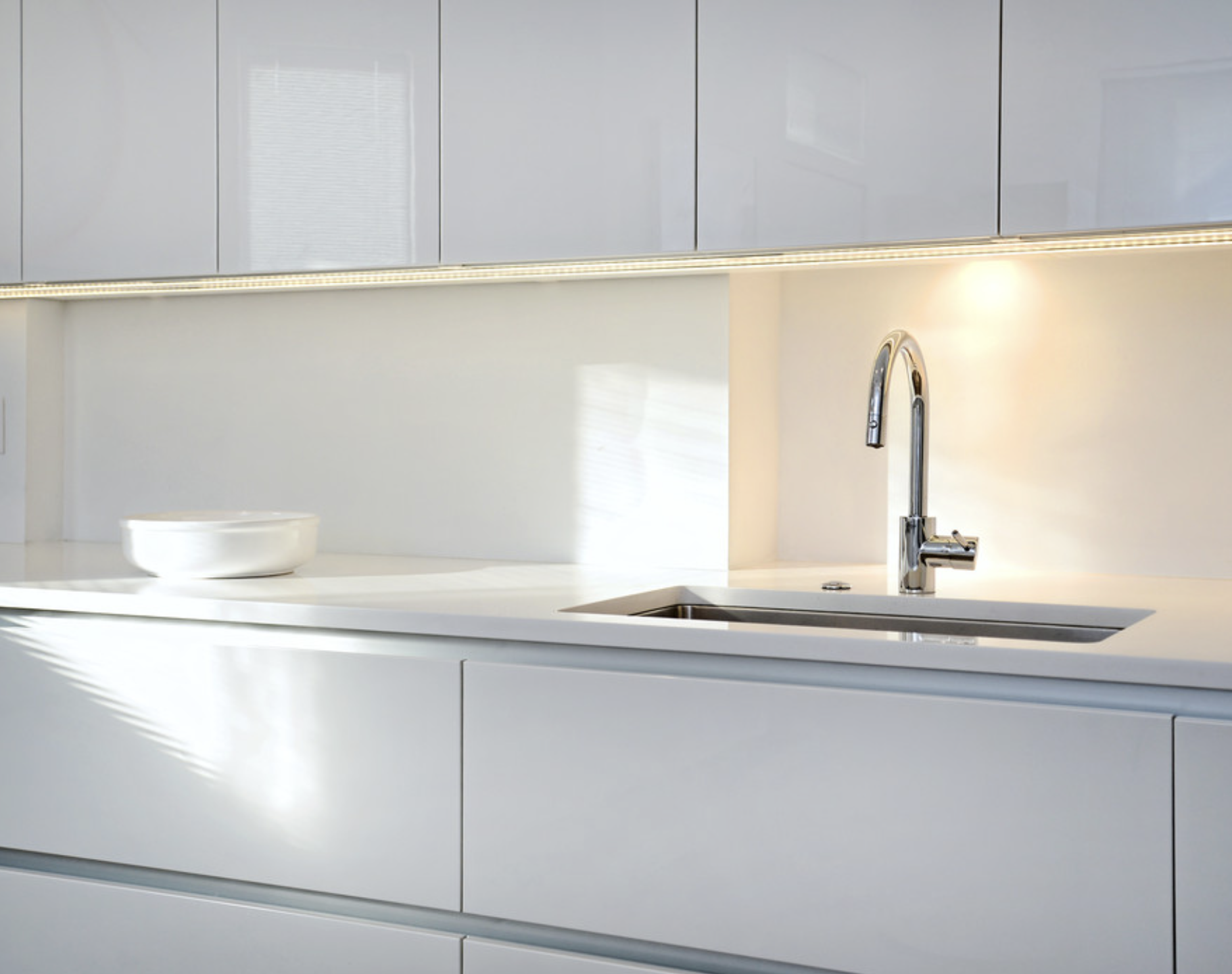 White Glossy Lacquered Kitchen By Zecchinon Designed By Archisesto Made In Italy Available At Archisesto Contemporary Kitchen House Interior House Design