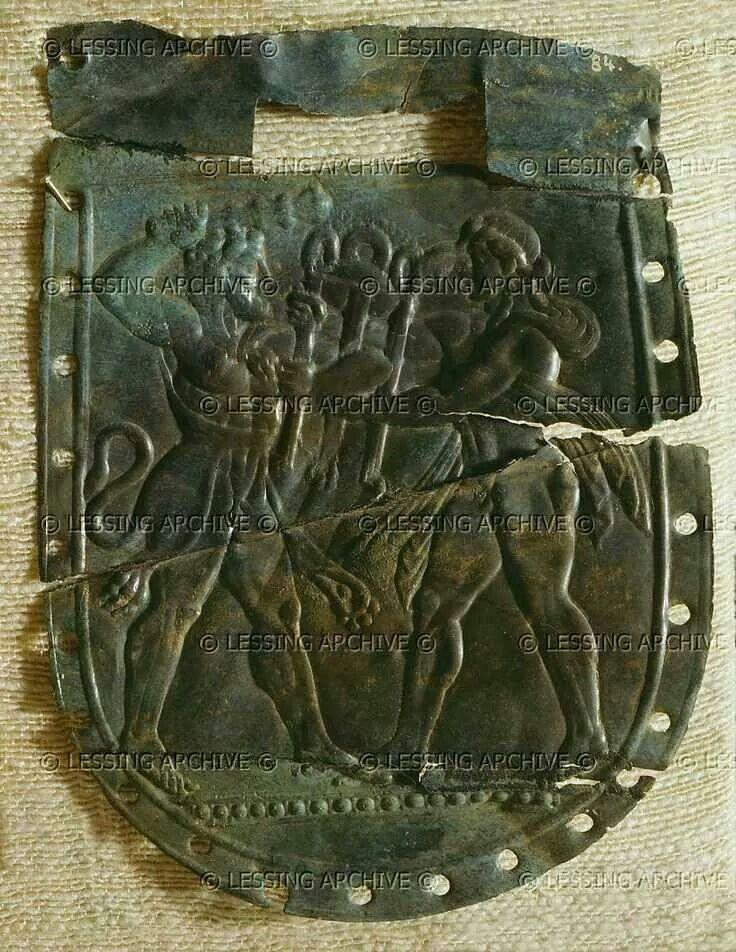 - Pectoral de armadura Hoplita en la que estan representados Herakles y Apolo . Siglo V a.C.