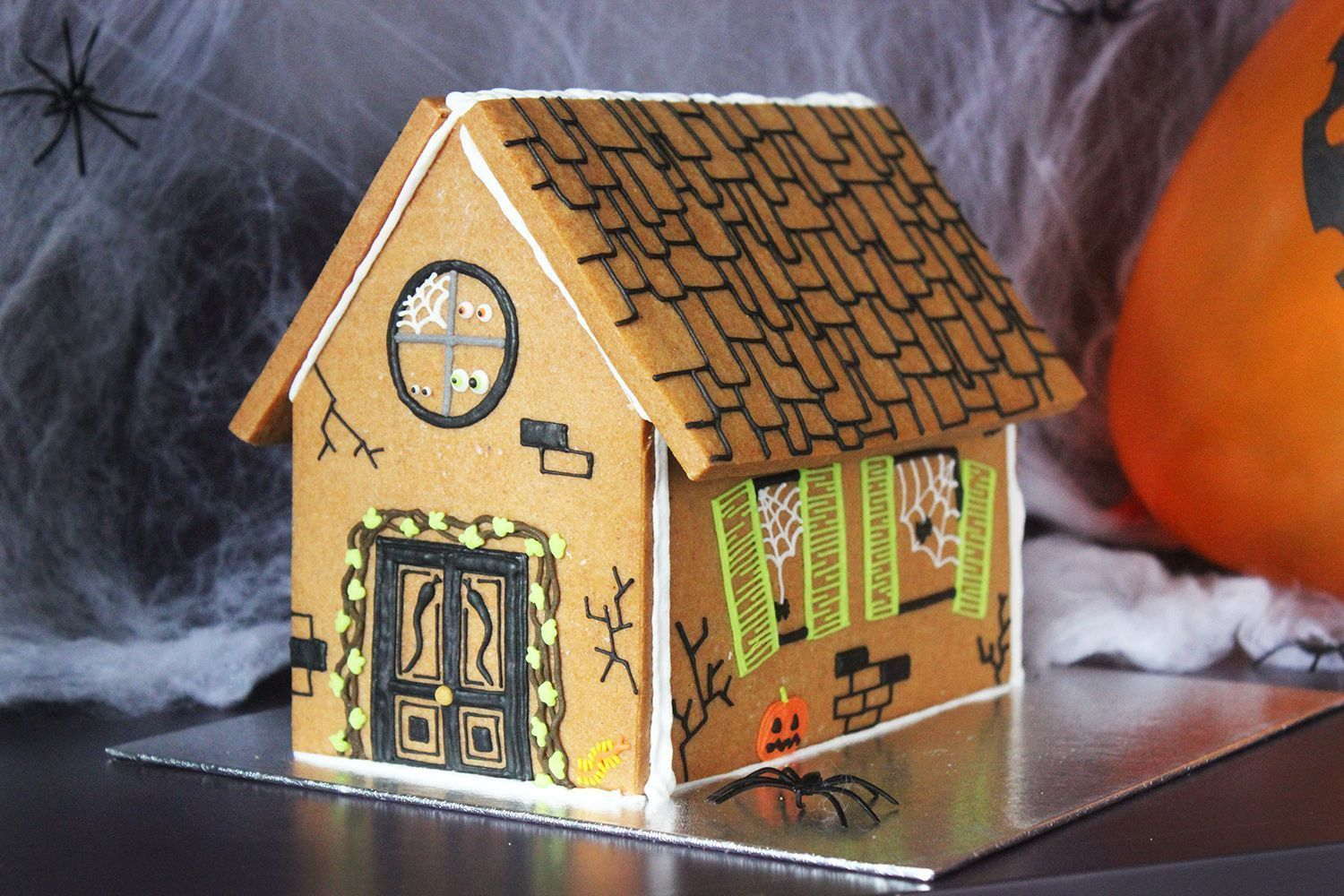 How to make a haunted gingerbread house!