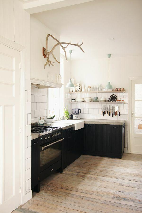kleine k che einrichten landhausk che mit viel stauraum h user und einrichtungsideen. Black Bedroom Furniture Sets. Home Design Ideas