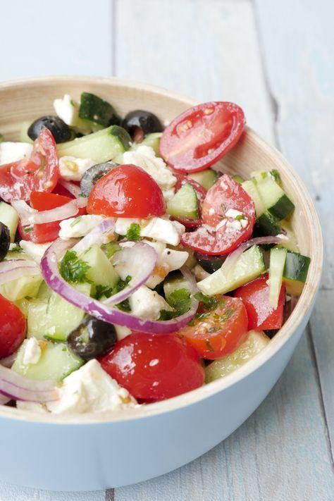 Schneller griechischer Salat mit Oliven und Feta - Bauernsalat