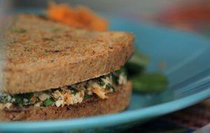 Lanche vegano completo: aprenda a fazer o pão integral da Bela Gil e a pasta de ricota de tofu