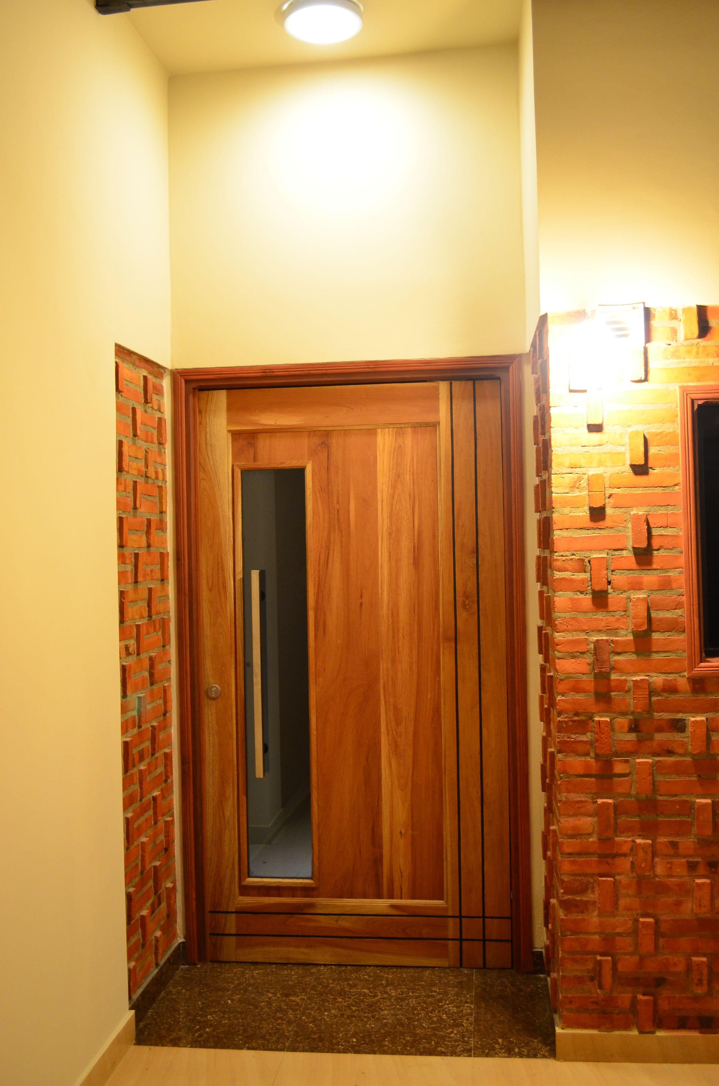 Dise o de ladrillo visto en acceso principal puerta for Diseno puerta principal