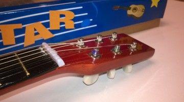 Houten gitaar met plectrum.