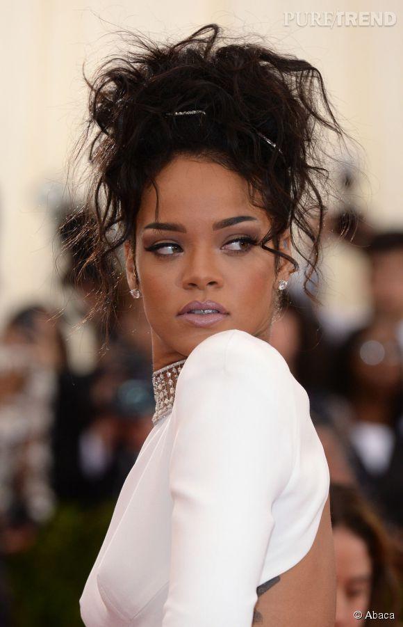 Coiffure Soiree 10 Idees Pour Les Cheveux Boucles Rihanna