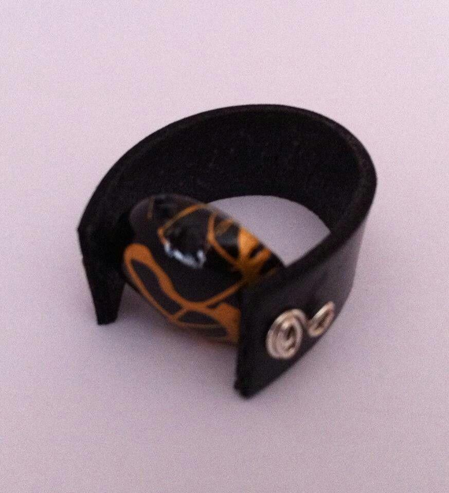 Anillo de cuero con filigrana de aluminio y cuenta irregular. Pieza de diseño exclusivo.