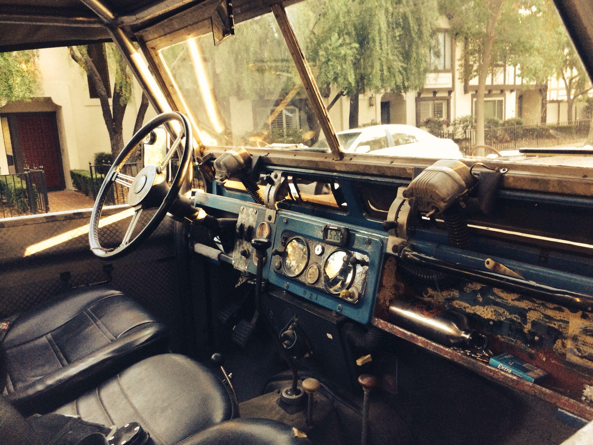 Land Rover Series II dash (こんな仕事場的な感じの運転席って味わいが有っていい)
