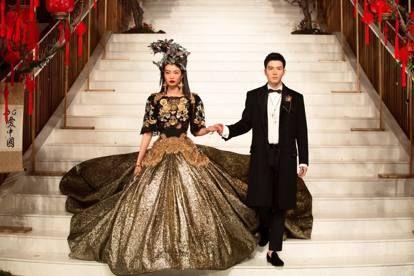 Stampe con il gallo e forme barocche  la «disruption» di Dolce e Gabbana 30da2a7ef8f