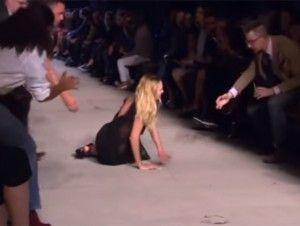 La modelo sudafricana Candice Swanepoel tropezó y cayó en plena pasarela de la Semana de la Moda de Nueva York. No se sabe si fue culpa de la alfombra o bien sus particulares zapatos los que traicionaron su elegante andar. Sucedió mientras caminaba frente al público este viernes, presentando ropa de Givenchy SS16. La también […]