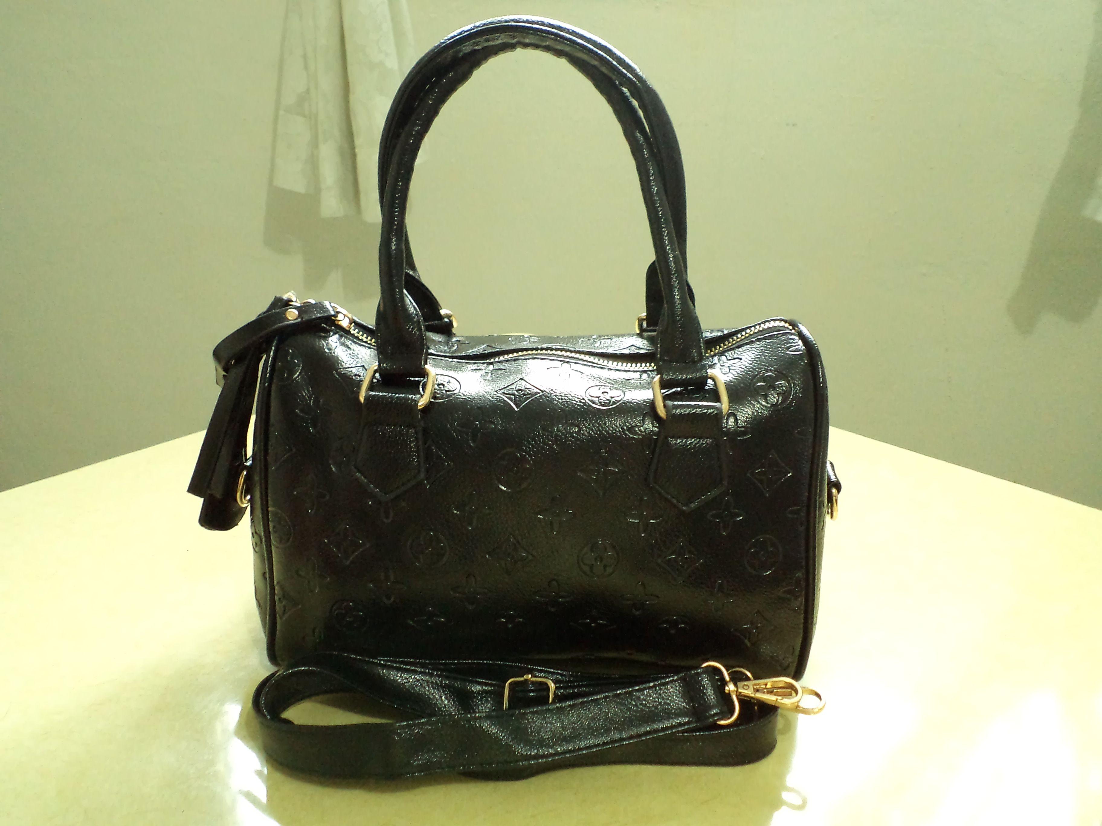 1ded3cb5b Cartera color negra, tipo satchel; 1 bolsa interna con cierre de zipper; 2  compartimientos internos para celulares y otros accesorios; incluye una  cinta ...