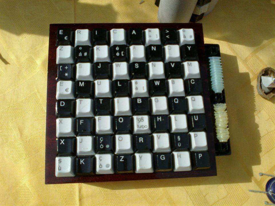dama realizzata con pezzi di tastiere trovate di qua e di la :)