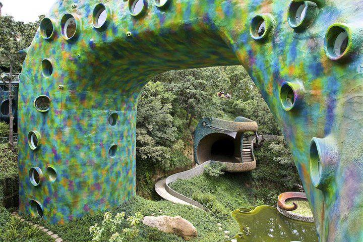 """El """"Nido de Quetzalcóatl"""" es conjunto de 10 viviendas obra del arquitecto mexicano Javier Senosiain y se encuentra situado en Naucalpan, México. El edificio inspirado en el Dios de los aztecas, posee la forma de una serpiente y se encuentra construído en un terreno donde sólo el 2% de la obra se asienta sobre él, aprovechando casi al máximo las áreas verdes."""