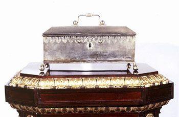 Valmistunut 1817 Turun uuden akatemiarakennuksen vihkiäisiin. Kultaseppä Carl Anton Carlborg laati 1816 piirustukset, joiden mukaan kultaseppä Fredrik Norring (1781-1847) sitten valmisti itse lippaan. Sen pohjassa on tekijän nimi: NORRING sekä teksti: Kejsl. Academin i Åbo tilhörig. Hopeisen lippaan pronssinhohtoinen väri johtuu kovasta kuumuudesta, jolle lipas joutui alttiiksi Turun palossa. Lippaassa säilytettiin perustamisasiakirjan ohella myös sinettejä ja statuutteja.