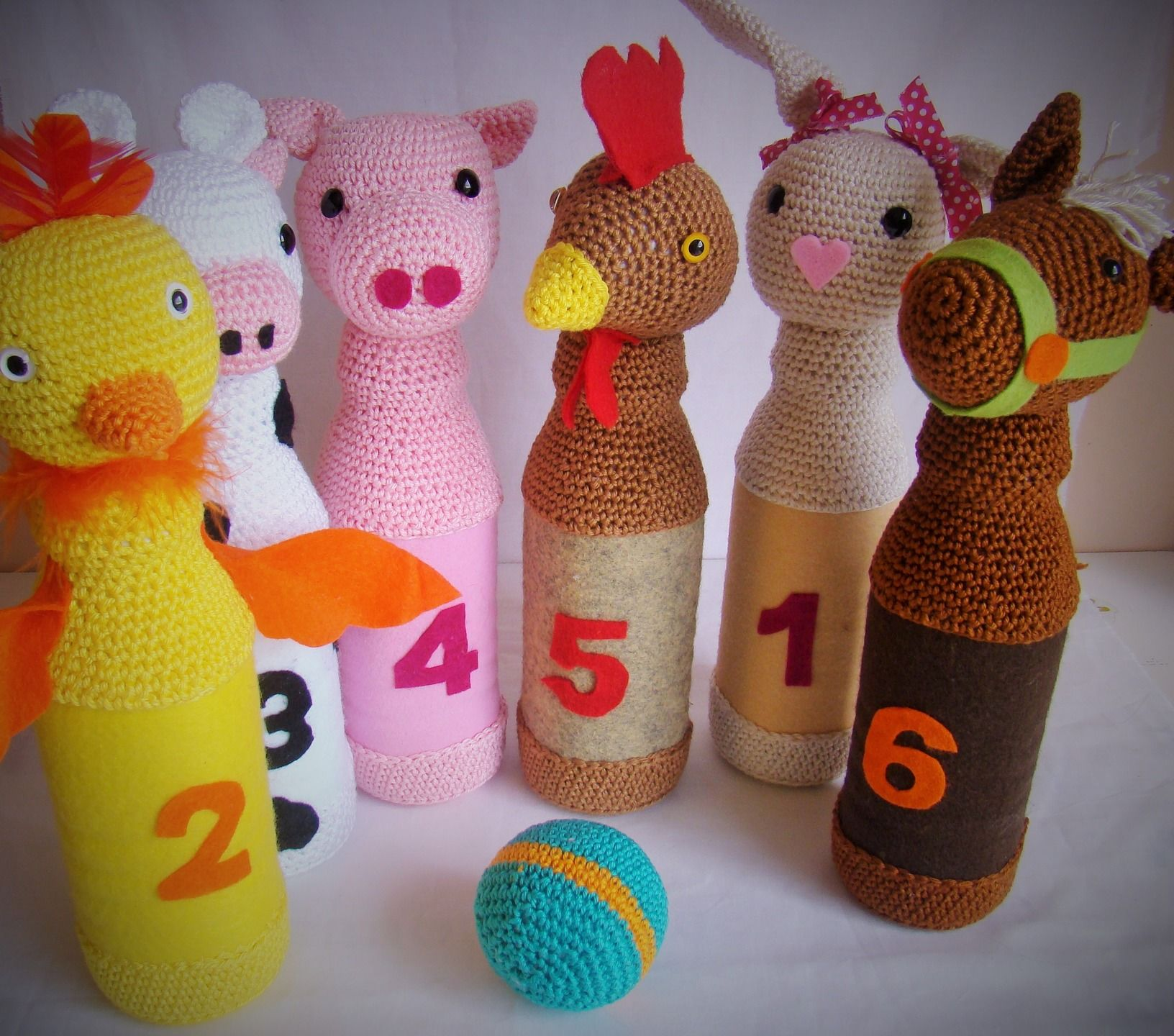 jeu de quilles composé de 6 animaux de la ferme le tout au
