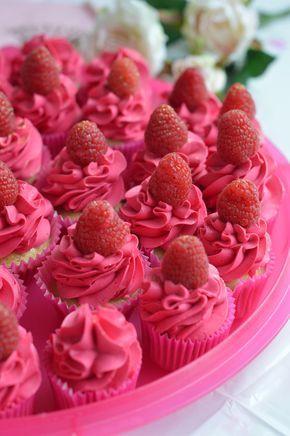 Hello! Idée pour un buffet thème Rose, des cupcakes framboise (crème au beurre) La recette : pour une vingtaine de cupcakes : . 2 oeufs . 4 cs d'huile neutre . 6 cs de sucre en poudre . 7 cs de lait . 9 cs de farine tamisée . 1 cc de levure chimique *...