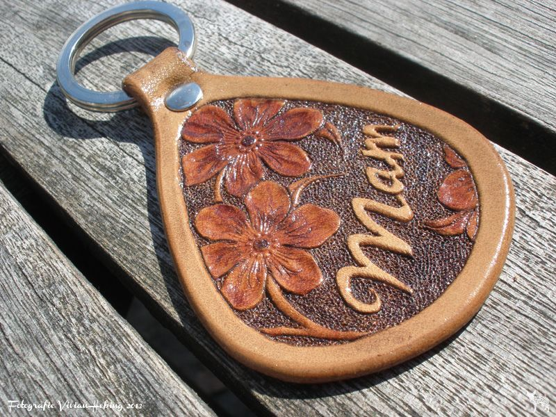 Making leather keychains! All handmade and handtooled by Jeweleeches Vivian Hebing! Do you want to see more of my work, you can find me on Facebook, Youtube and Etsy too! On Youtube you can see my tutorial video's! https://www.youtube.com/channel/UCaFFog0cL9EV5ITUjTO_0hw