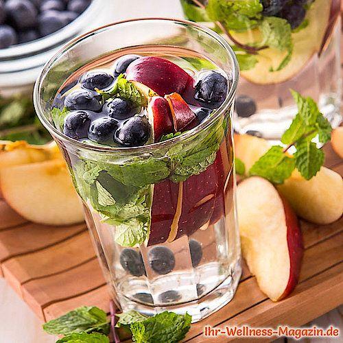 Blaubeer-Apfel-Minze-Wasser - Rezept für Infused Water - Detox-Wasser #mintdrink
