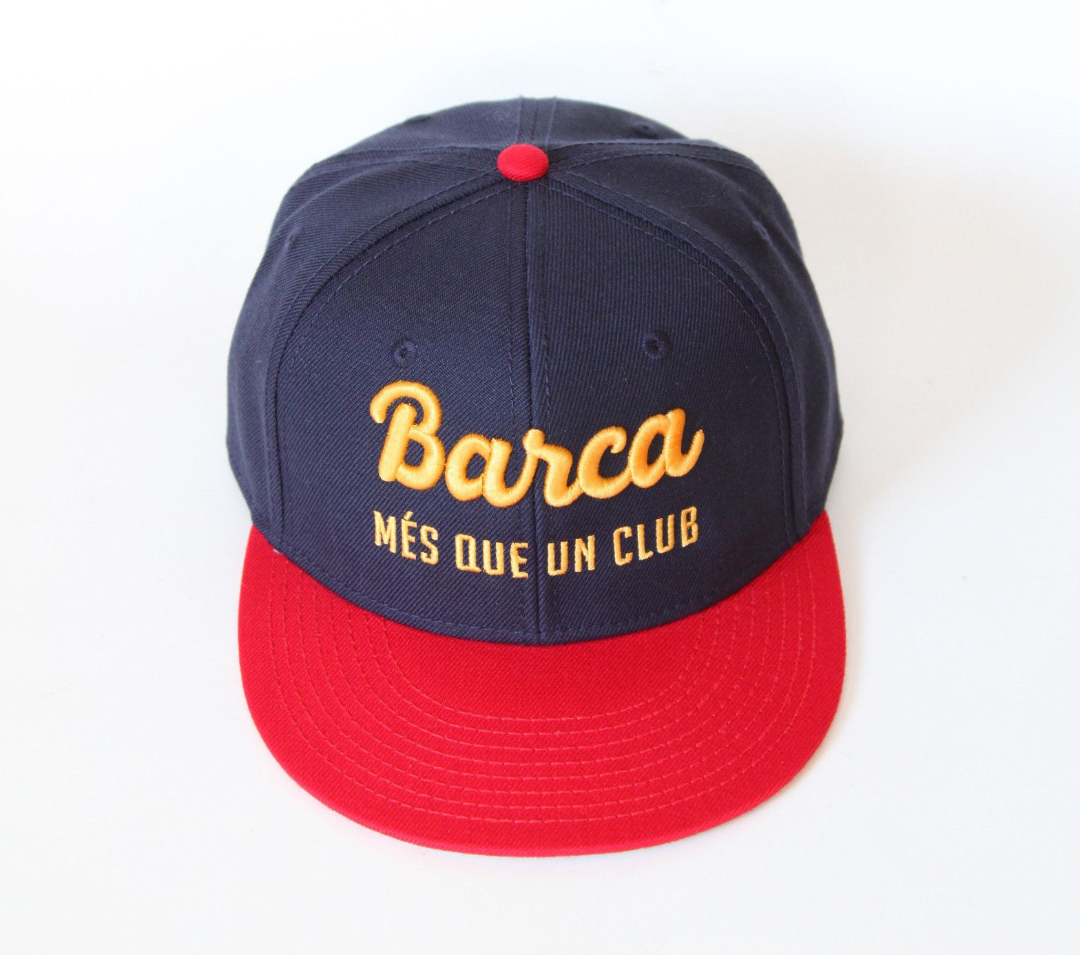 This FC Barcelona snapback hat is 15% Wool and 85% Acrylic and features the  nickname Barca and the motto