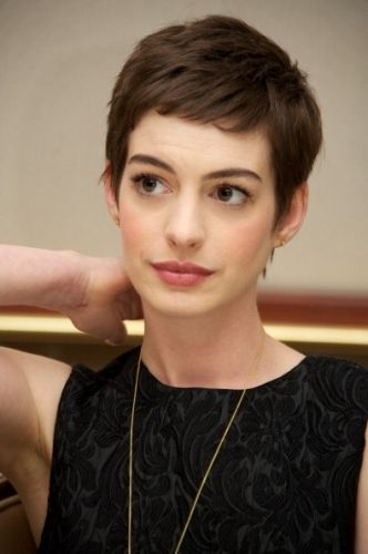 anne hathaway pixie hair pinterest frisur haare ab und haar. Black Bedroom Furniture Sets. Home Design Ideas